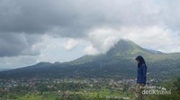 Gunung Lokon yang megah menjadi latar belakang pemandangan Bukit Doa Mahawu.