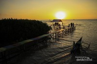 Suasana sunset dari atas jembatan di lokasi Ekowisata Mangrove Lantebung.