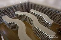 Desain perpustakaan di bagian fiksi dilihat dari atas tangga