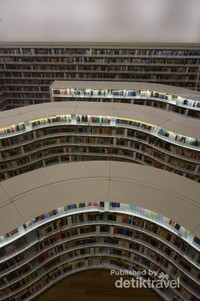 Library@orchard merupakan perpustakaan yang pertama dibangun di dua lantai shopping center
