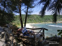 View pantai Momong
