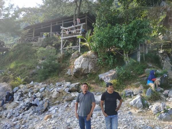 View Salah satu resort di Pantai Momong