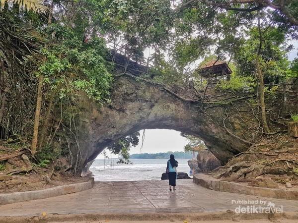 Karang yang berlubang di tengah inilah yang membuat pantai ini dinamakan Pantai Karang Bolong.