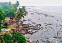 Pemandangan dari atas bukit karang Pantai Karang Bolong.