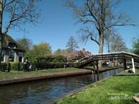Desa ini menggunakan kanal air sebagai moda transportasinya