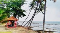 Deretan gazebo di Pantai Karang Bolong yang bisa digunakan untuk bersantai. Jangan lupa membawa alas duduk sendiri ya.