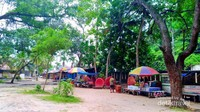 Banyak penjual makanan dan juga minuman di pantai ini. Jangan lupa tanya harganya dulu sebelum memesan ya travelers.