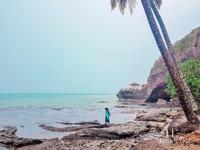 Kita bisa bermain diatas karang, tapi harus selalu hati-hati ya travelers.