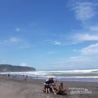 Asyiknya menikmati suasana pantai bersama orang tercinta