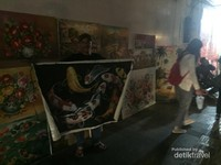 Pelukis di Jalan Braga dengan ramah menawarkan berbagai lukisan buatannya, dengan harga yang bisa di nego.