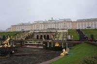 Peter the Great mendapatkan aspirasi membangun istana ini dari Istana Versailles di Prancis