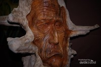 Seni rupa, berupa ukiran dari kayu. Jepara memang sudah terkenal dengan Kota Ukir.