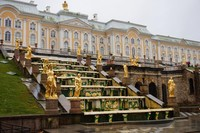 Taman dan air mancur di Peterhof Palace memiliki desain yang impresif