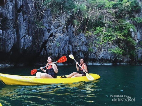Kayakking di sekitar El Nido, dengan pemandangan tebing yang menjulang tinggi.