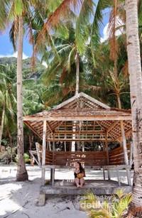 Pantai 7 Commandos, salah satu pantai terkenal di El Nido, dimana pohon kelapa berdiri tegak bagai tentara.