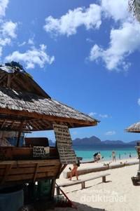 Kamu bisa menikmati kelapa sembari berenang di pantai.