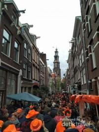 Jalanan penuh sesak oleh warga