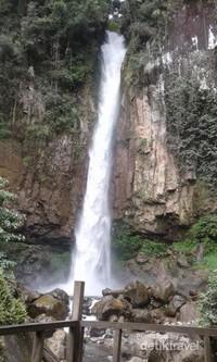 Air Terjun Saringgana terlihat sangat tinggi