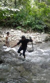 Suasana menyebrang sungai menuju Air Terjun Saringgana