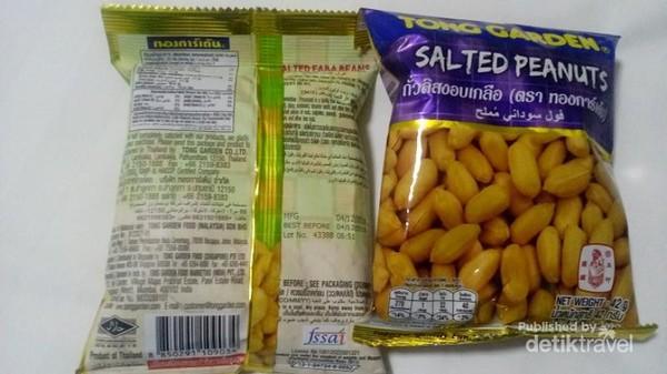 Salah satu makanan halal di Bangkok adalah kacang. Kacang ini bisa dibeli di minimarket Seven Eleven.