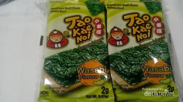 Hmm, ini dia oleh oleh wajib Dari Bangkok, rumput laut Tao Kae Noi. Bisa dibeli di Tao Kae Noi Land yang berada Mall Platinum maupun di Asiatique.