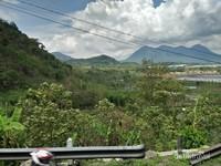 Cantiknya pemandangan dengan latar belakang pegunungan dan bukit