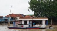 Kios menjual BBM di Sungai Musi