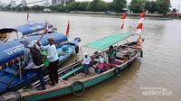 Anak sekolah menyebrang sungai Musi menuju sekolah.