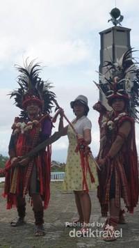 Penduduk setempat dengan pakaian adat siap berfoto bersama pengunjung.