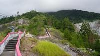 Penampakan anak tangga menuju puncak bukit.