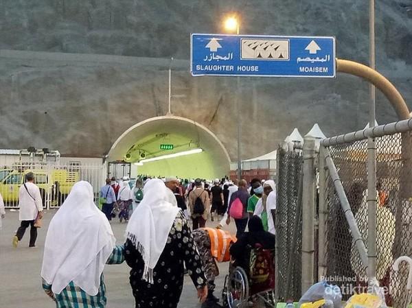 Terowongan menuju tenda di Mina, berikut papan penunjuk arahnya.