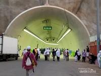 Suasana Terowongan di pagi Hari, tampak tidak begitu padat.
