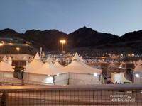 Tenda tenda jamaah haji di Mina. Dalam perjalanan dari jamarat menuju tenda banyak dijumpai petugas haji dari Indonesia.