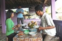Menyantap berbagai seafood