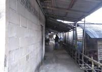 Menyusuri lorong-lorong di antara rumah batu dan panggung