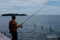 Seorang pemancing di Pulau Onrust