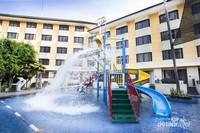 Fasilitas rekreasi anak-anak seperti kolam renang dengan mini waterboom dan aqua bucket, kiddies club, dan kids playground menjadikan hotel ini sangat cocok untuk destinasi liburan bersama keluarga