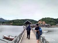 ini dia jembatan yang nampak dari atas, sebagian terbuat dari kayu