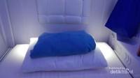 Ada juga satu bantal kepala dan selimut yang berwarna biru