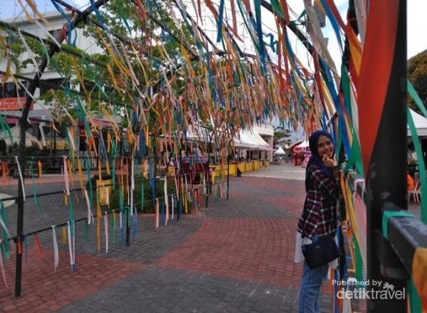 Semacam gerbang menuju ke areal Bazar makanan
