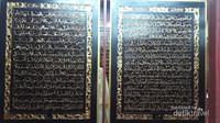 Salah satu papan yang diukir dengan ayat suci Al-Quan di Al-Quran Al-Akbar, susuannya berbentuk labirin yang berkelok-kelok