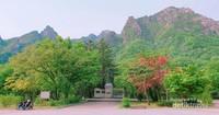 Tugu Perwira yang menghiasi salah satu sudut Taman Nasional Soeraksan. Hal ini karena Kota Sokcho di mana taman nasional ini berada sangat erat kaitannya dengan era perjuangan.