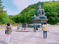 Patung Budha Besar yang menjadi salah satu lokasi sembahyang bagi para pengunjung.