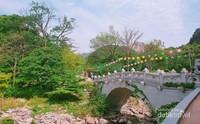 Jembatan beton berukir khas Korea yang dihiasi lampion aneka warna.