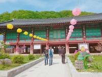 Sinheungsa Temple menjadi tempat sembahyang yang sangat ramai dikunjungi. Kuil ini juga memiliki bangunan yang sangat indah.