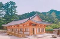 Bangunan di kompleks Sinheungsa Temple yang memiliki instalasi dan ukiran kayu yang indah.