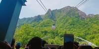 Cable car yang mengangkut pengunjung untuk melihat keindahan dari ketinggian maupun para pendaki yang ingin menuju puncak.