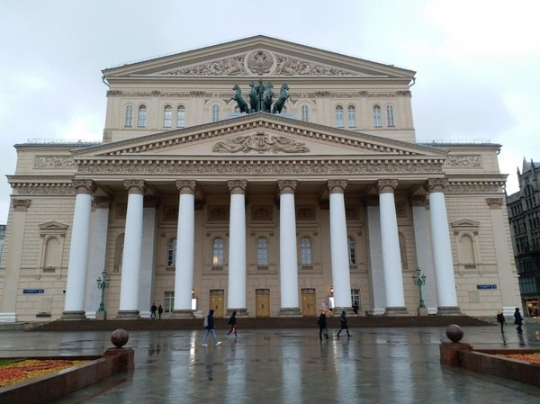 Bolshoi Theater merupakan salah satu teater balet dan opera terbesar di dunia