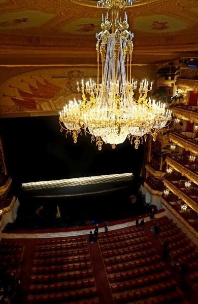 Bolshoi Theater dihiasi dengan lampu gantung yang sangat mewah