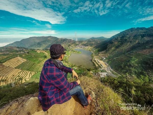 Salah satu spot terbaik melihat Telaga Cebong dari Sikunir.